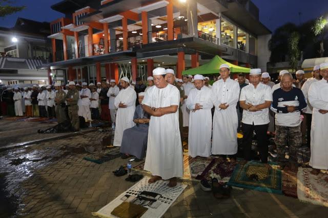 Gubernur Kalsel, H Sahbirin Noor Mengimami Shalat Magrib Bagi Sebagian Jemaah Haul Guru Sekumpul Ke-14 di Kawasan Sekumpul Martapura
